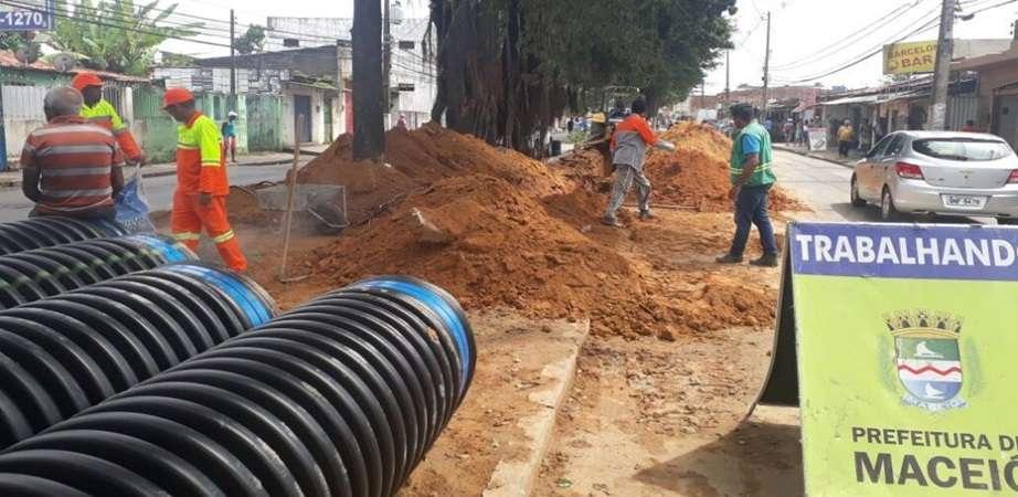 Novos tubos PEAD estão sendo colocados no canteiro central da Av. Benedito Bentes