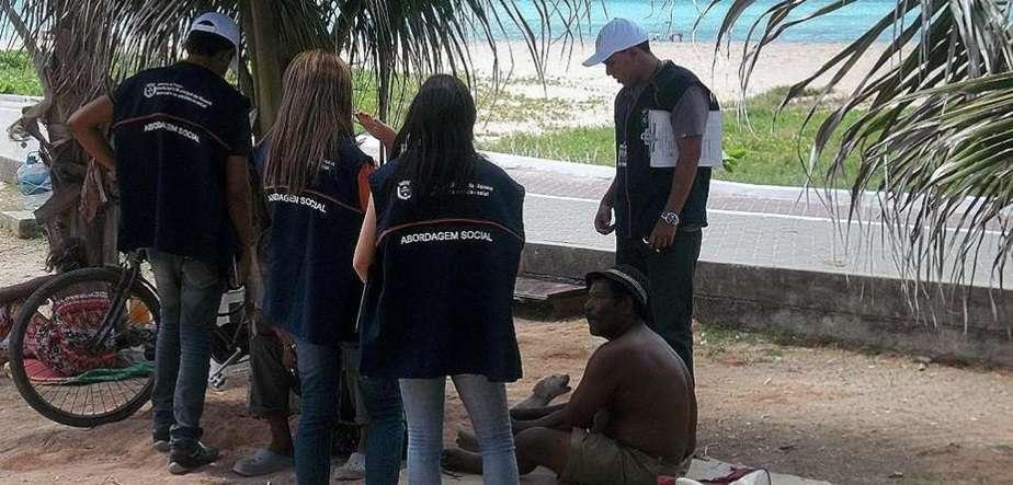 Equipe de Abordagem Social da Semas atendendo morador de rua. Foto: Ascom/Semas